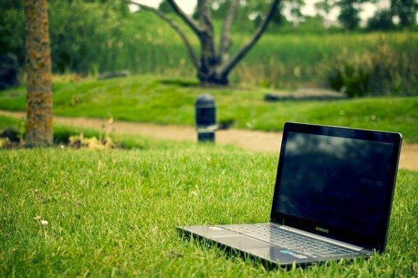 パソコン、草原